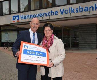 Gisbert Fuchs und Gabriele Steingrube bei der Spendenübergabe