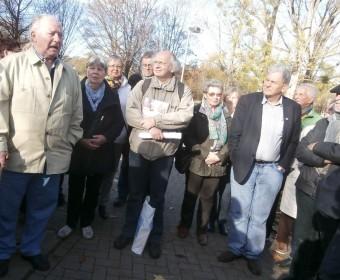 Horst Deuker (links), Jonny Peter (Mitte, mit Materialien im Arm) und Michael Jürging (nicht im Bild) begrüßen die Teilnehmer des Spazierganges.