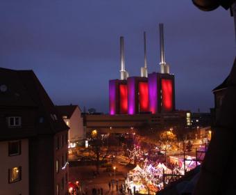 Weihnachtsmarkt Linden mit passend illuminiertem Heizkraftwerk