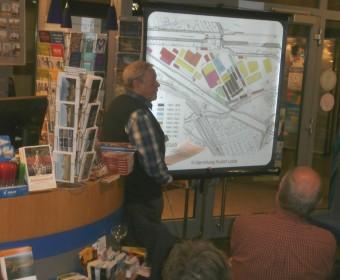 Rudolf Lotze stellt den Bebauungsplan Wasserstadt Limmer vor
