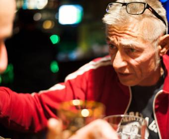 Julie Gasnik: Hardy-Eddie Lahmann ist Inhaber der Kneipe seit 2013. Der gelernte Kfz-Mechaniker arbeitet jedoch bereits über 30 Jahre hinter dem Tresen. Er schätzt jeden seiner Gäste